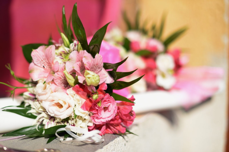 fotografie aranjament floral prezidiu nunta